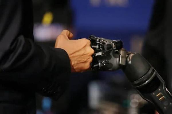 بازوی روباتیک به یاری معلولان می آید