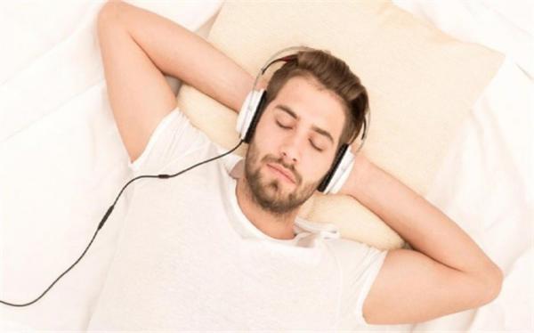 موسیقی قبل از خواب چه بلایی سرتان می آورد؟